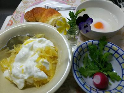 DSC_7097_0530昼・キッチン-夏みかんヨーグルト、湯煎卵、焦がしバタークロワッサン、(採れたてラディッシュとシュンギク)_400.jpg