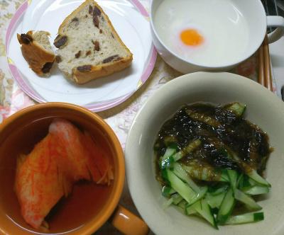 DSC_7104_0531昼・キッチン-カニカマスープ、もずくキュウリ、湯煎卵、レーズンパン_400.jpg