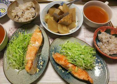 DSC_7140_0603夜-鮭焼きベイリーフ風味、キャベツ添え、煮物、雑穀ごはん、トマトスープ_400.jpg