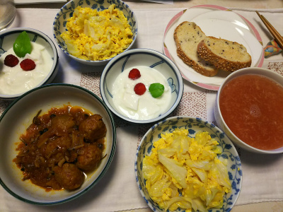 DSC_7172_0607昼-とれたてラズベリーとバジルのヨーグルト、キャベツ卵、トマト風味しめじミートボール、スープ、胡麻パン_400.jpg