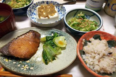 DSC_7237_0612夜-ブリの照り焼きと青梗菜、胡麻味噌奴、キュウリ酢の物、雑穀ごはん_400.jpg