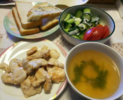 DSC_7294_0617昼-採れたてシュンギクのスープ、塩レモンチキンソテー、きゅうりとトマト、トースト_400.jpg