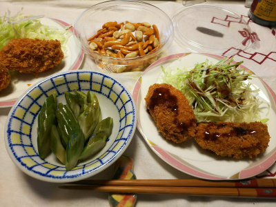 DSC_7550_0625夜-カキフライ、貰ったキュウリ朝倉漬け、柿の種、ビール_400.jpg