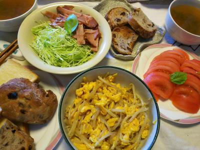 DSC_7557_0626昼-バジルのっけトマト、もやし卵とじ、焼豚キャベツ、レーズンパン、スープ_400.jpg