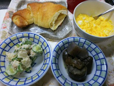 DSC_7617_0703昼・キッチン-牛乳スクランブルエッグ、ナスとこんにゃくの冷製、ポテトサラダ、クロワッサン_400.jpg