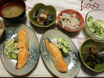 DSC_7634_0704夜-鮭焼き、煮物、サラダ、味噌汁、雑穀ごはん_400.jpg