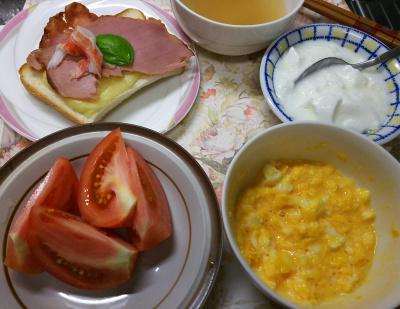 DSC_7639_0705昼-バジル添えチーズハムトースト、トマト、スクランブルエッグ、ヨーグルト、スープ_400.jpg