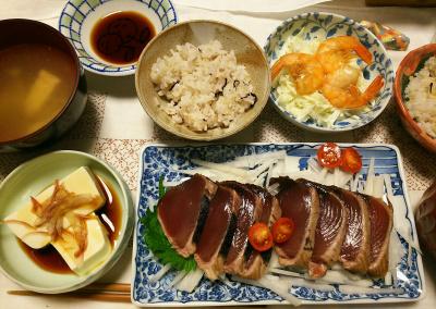 DSC_7827_0717夜-採れたてミニトマト、カツオのたたき、からも食べられるエビとキャベツサラダ、冷奴、スープ、雑穀ごはん_400.jpg