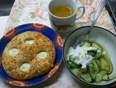 DSC_7913_0722昼・キッチン-チーズパン、胡麻和えきゅうりヨーグルト_400.jpg