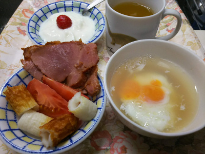 DSC_7966_0726昼-採れたてイチゴヨーグルト、湯煎卵スープ、トマト、焼豚、ちくわ_400.jpg
