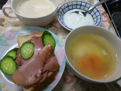 DSC_8005_0731昼・キッチン-焼豚ときゅうりオープンサンド、湯煎卵スープ、豆乳、ヨーグルト_400.jpg