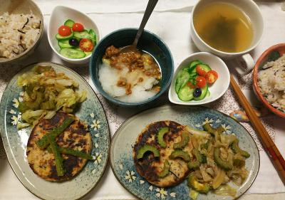 DSC_8008_0731夜-採れたてブルーベリー1個とミニトマト、採れたてゴーヤとキャベツ炒め、魚ハンバーグ、おろし納豆、チキンスープ、雑穀ごはん_400.jpg