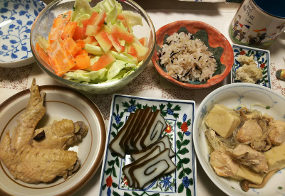 DSC_0808夜-手羽先トロトロ煮、黒部かまぼこ昆布巻、わさび漬け、鶏と高野豆腐の煮物八角風味、スイカ塩漬けと人参キャベツサラダ、縄文ご飯_400.jpg