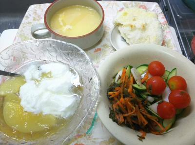 DSC_8171_0814昼・キッチン-ピーチゼリーヨーグルト、人参茶葉きんぴら、貰ったミニトマト、湯煎卵スープ、メロンパンの中身_400.jpg