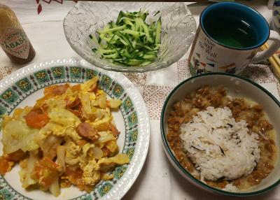 DSC_8176_0814夜一人-ソーセージとトマトとキャベツの卵炒め、おろし納豆ご飯、キュウリサラダ_400.jpg