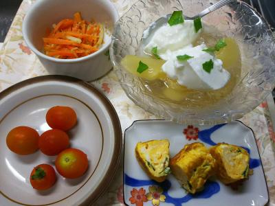 DSC_8180_0815昼・キッチン-バジル入り卵焼き、貰ったミニトマト、桃ゼリーヨーグルト、人参きんぴら_400.jpg