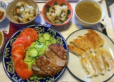 DSC_8331_0828昼-餃子、ハンバーグ、トマト、サラダ、炊き込みご飯、カレースープ_400.jpg