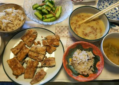 DSC_8380_0901昼-サンマのムニエル、おろし納豆、キュウリの梅酢あえ、ナスの味噌汁、雑穀ごはん_400.jpg