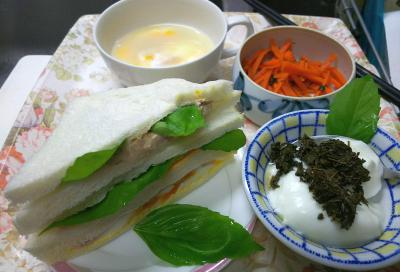 DSC_8456_0903昼-とれたてバジル、ミックスサンドイッチ、茶葉佃煮ヨーグルト、人参きんぴら、卵スープ_400.jpg