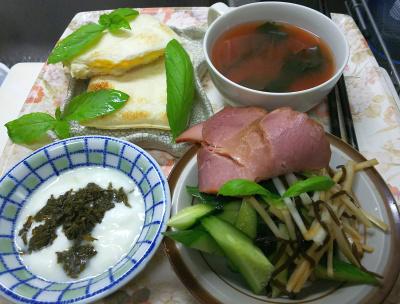 DSC_8484_0907昼-とれたてバジル、焼豚サラダ、茶葉佃煮ヨーグルト、わかめスープ、たまごランチパック_400.jpg
