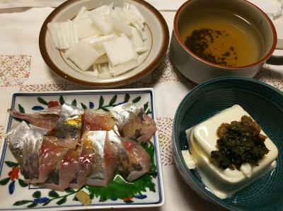 DSC_8487_0907夜-鯵刺し身、ごぼう味噌と茶葉佃煮のっけ冷奴、大根サラダ、スープ_400.jpg