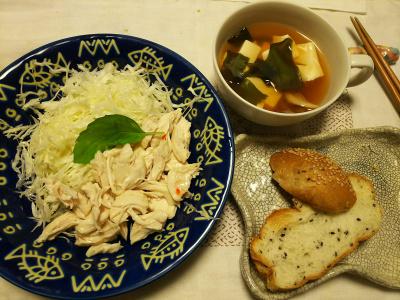 DSC_8670_0921夜-蒸し鶏とキャベツサラダ、豆腐わかめスープ、ごまパン_400.jpg