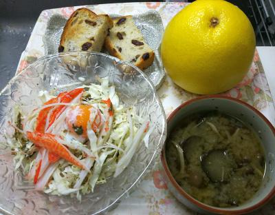 DSC_8743_0928昼・キッチン-カニカマと温泉卵キャベツサラダ、ナスの味噌汁、レーズンパン_400.jpg