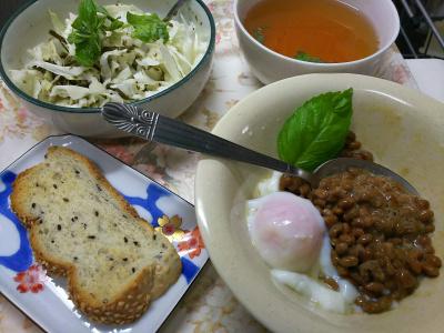 DSC_8755_0930昼・キッチン-採れたてバジル、納豆卵、キャベツサラダ、スープ、ごまパン_400.jpg