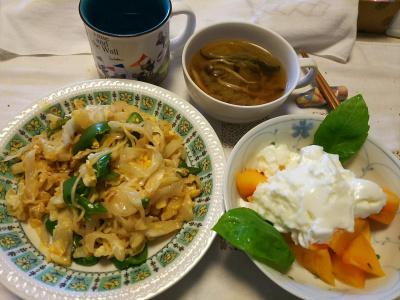 DSC_8896_1008昼-焼きそば、柿ヨーグルト、バジル添え、きのこスープ_400.jpg