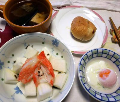 DSC_9025_1018昼-カニカマと大根サラダ、温泉卵、湯豆腐、レーズンチーズパン_400.jpg