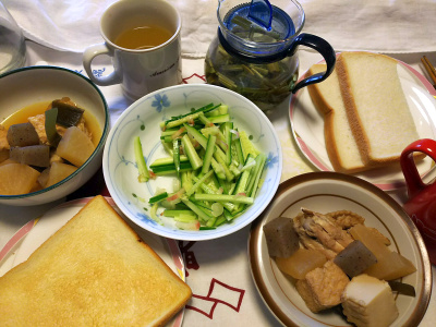 DSC_9058_1020昼-トーストと生パン、ミョウガとキュウリサラダ、煮物、レモングラスのハーブティ_400.jpg