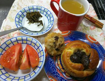 DSC_9112_1023昼-栗パン、椎茸詰め物、トマト、ヨーグルト茶葉佃煮_400.jpg