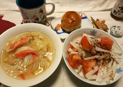DSC_9147_1026夜-海老ワンタンと白菜とカニカマのレモングラススープ、大根トマトサラダ、レーズンチーズパン_400.jpg