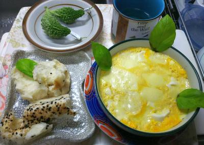 DSC_9197_1030昼-豆腐卵のチーズグラタン、ごまパン、最後の収穫のゴーヤを飾る_400.jpg
