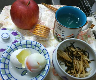 DSC_9227_1101昼-温泉卵、大根の昆布和え、非常食クラッカー、リンゴ_400.jpg