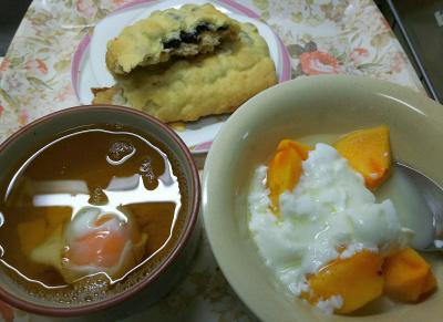 DSC_9476_1116昼-温泉卵スープ、柿ヨーグルト、豆パン_400.jpg