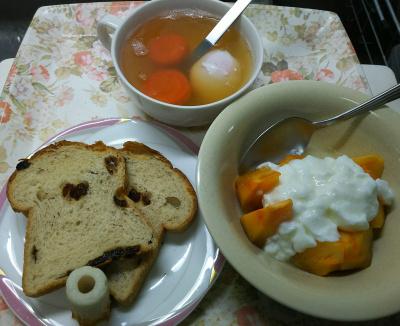 DSC_9580_1118昼・キッチン-ぶどうパン、かぼちゃヨーグルト、温泉卵スープ_400.jpg