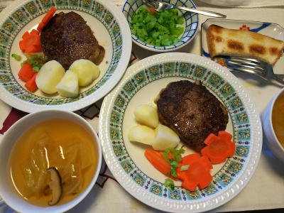 DSC_9592_1119昼-ハンバーグ、ポテトと人参添え、大根の葉、スープ、トースト_400.jpg