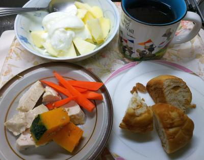 DSC_9641_1125昼・キッチン-蒸し鶏、かぼちゃと人参、リンゴヨーグルト、メープルパン_400.jpg