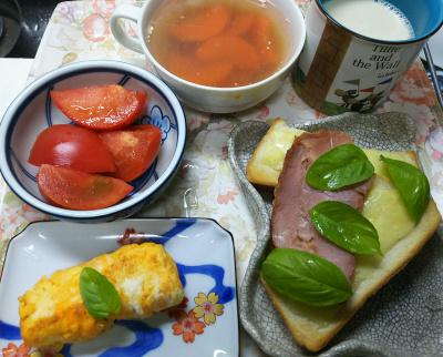 DSC_9780_1206昼-卵焼き、チーズポークバジルトースト、トマト、にんじんスープ、豆乳_400.jpg