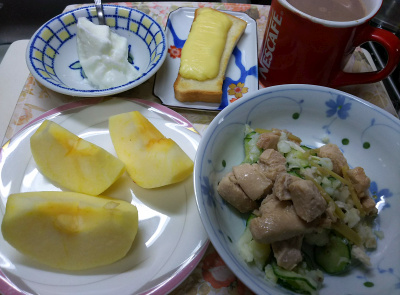 DSC_9941_1218昼・キッチン-鶏の甘辛煮、ポテトサラダ、リンゴ、ヨーグルト、チーズトースト_400.jpg
