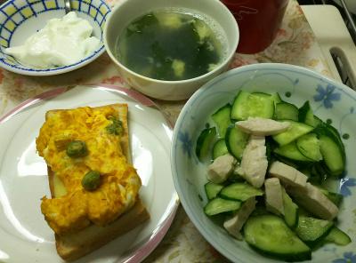 DSC_9951_1219昼・キッチン-豆入オムレツ、チーズトースト、蒸し鶏とキュウリサラダ、わかめスープ、ヨーグルト_400.jpg