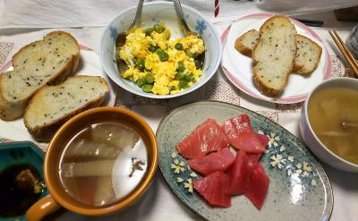 DSC_9995_1222昼-マグロ刺身、えんどう豆炒り卵、白菜スープ、ごまパン_400.jpg