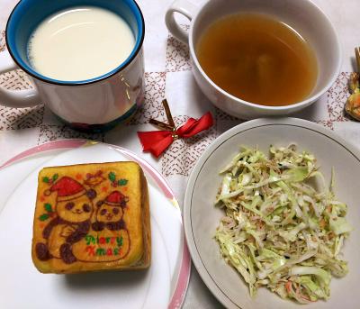 DSC_0717_1225昼-パンダXmasパン、キャベツサラダ、スープ、豆乳_400.jpg