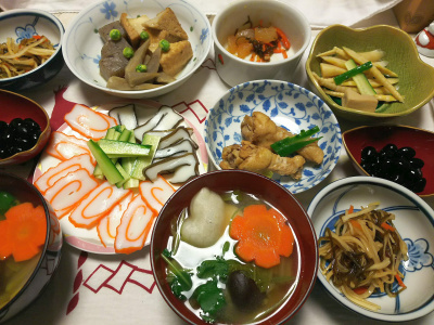 DSC_0904_0102夜-お雑煮、かまぼこ、煮物、数の子、筍と高野豆腐、黒豆、松前漬け、鶏もも煮_400.jpg