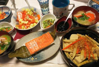 DSC_0934_0103夜-鮭かまぼこ、筍高野豆腐含めに、黒豆、松前漬けきゅうり和え、セロリトマトサラダ、お雑煮_400.jpg
