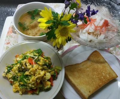 DSC_0954_0104昼・キッチン-セロリの葉の卵とじ、カニカマサラダ、味噌汁、トースト_400.jpg