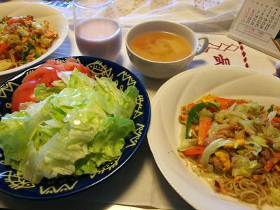 DSC_1131_0110昼-ツナ焼きそば、サラダ、スープ、飲むヨーグルト_400.jpg