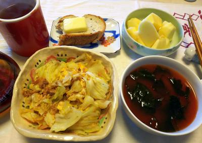 DSC_1184_0113昼-ツナキャベツ卵とじ、わかめトマトスープ、チーズトースト、りんご、紅茶_400.jpg