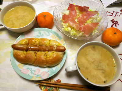 DSC_1205_0118昼-生ハムサラダ、ソーセージパン、スープ、ミカン_400.jpg